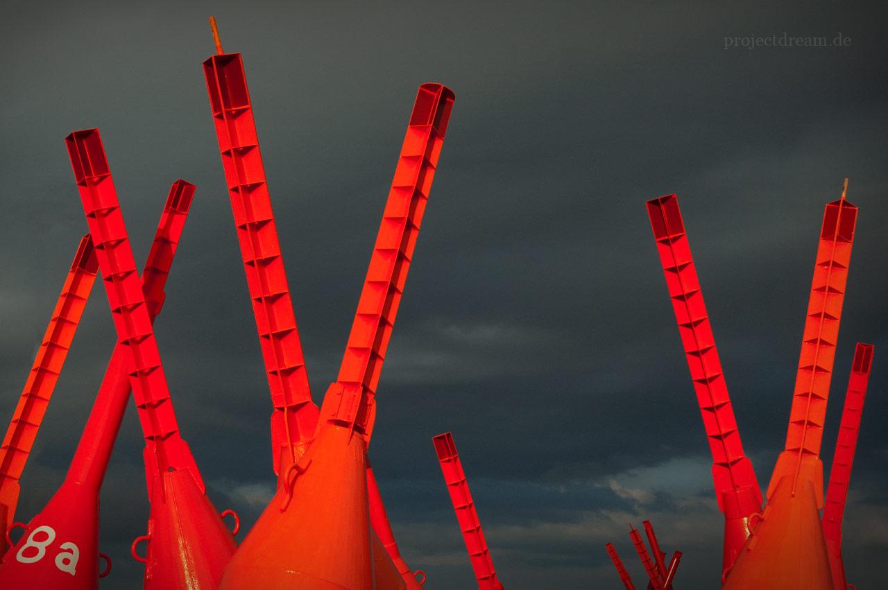 Orangene Bojen auf dem Tonnenhof von Norderney