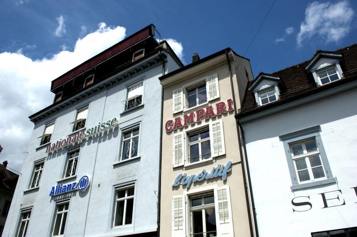Blauer Himmel im Juni in Basel