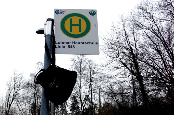 Bushaltestelle Lohmar Hauptschule mit aufgehängter Sporttasche