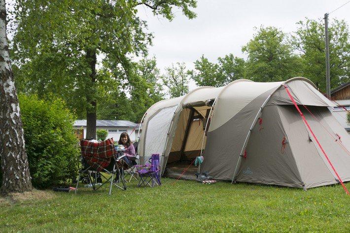 Unser Nomad Dogon 4 Air in Mittelhof auf dem Campingplatz im Eichenwald