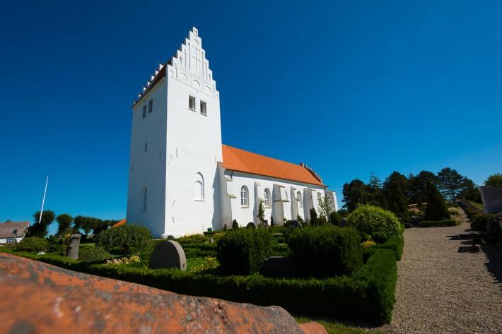 Fanefjord Kirke mit blauem Hintergrund
